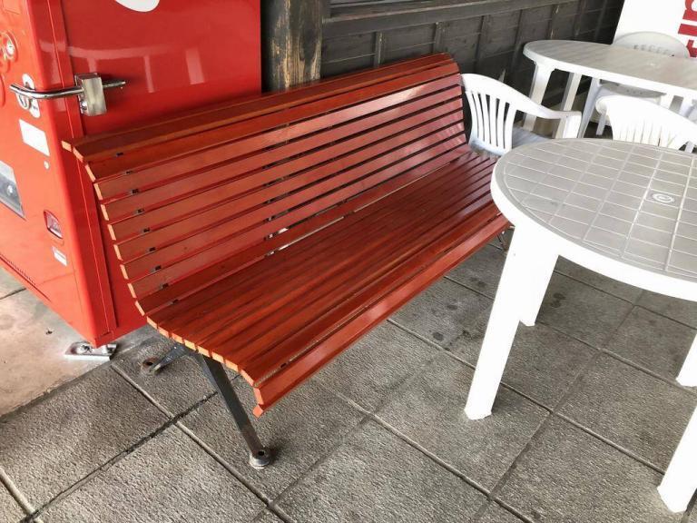 庭園のベンチを修理しました